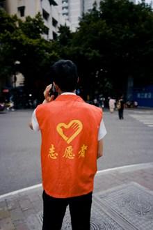 志愿者背影高清图片