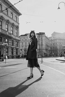 黑白街拍美女写真图片