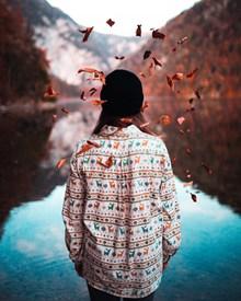 秋季美女背影图片素材