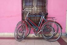 老式废弃自行车高清图片