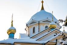 白色教堂顶部特写图片下载