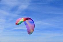 彩色滑翔伞降落图片下载
