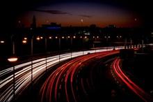 夜晚公路璀璨灯光高清图