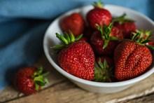 一碗红草莓水果精美图片