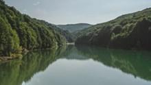 群山环绕山水湖泊图片下载