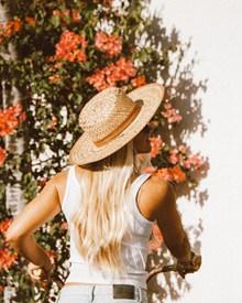 戴草帽的美女背影唯美图片