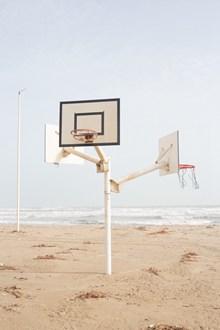沙滩上的篮球框图片素材