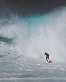 在大海里冲浪的人图片下载