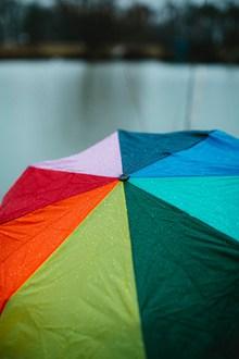 五颜六色的雨伞近景图片下载