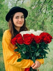 抱着玫瑰花的美女图片大全