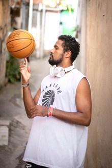 运动员手指旋转篮球图片大全