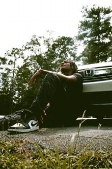 坐在地上仰望天空的黑人帅哥图片