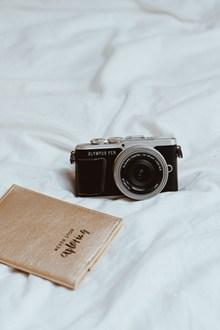 黑色相机与记事本摄影精美图片