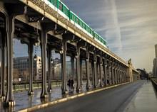 城市桥上铁轨列车精美图片