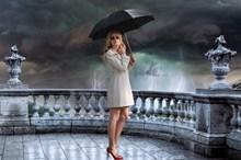 电闪雷鸣撑伞美女图片