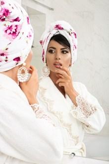 白色蕾丝浴袍美女精美图片