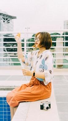 吹泡泡的日本美女图片