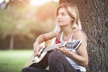 吉他弹唱美女高清图片