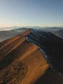 光秃秃的山脉高清图片