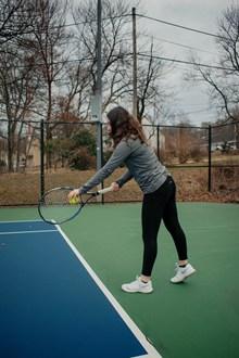 网球场打网球图片