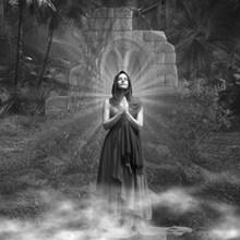 祈福美女黑白摄影高清图