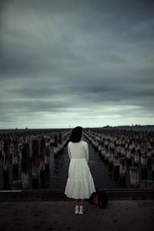 墓地祭奠美女背影精美图片