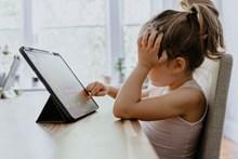 小女孩玩平板高清图片