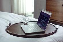 一杯水和笔记本电脑高清图片