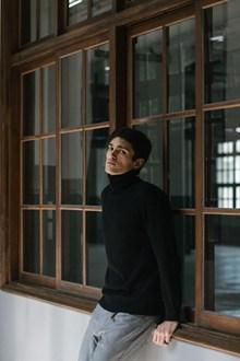 黑色高领衫帅哥高清图