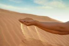 手握沙子高清图片