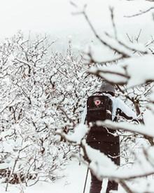 冬季雪地徒步旅行图片素材