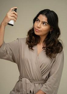 喷香水的浴袍美女图片素材
