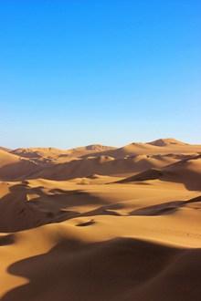 蓝色天空金色沙漠图片下载