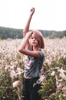 欧美少女户外人体艺术写真高清图