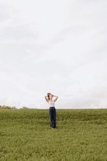 草地美女户外写真高清图