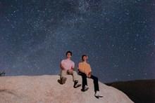 看星星的两个帅哥图片
