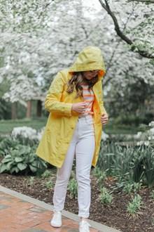 黄色风衣白色牛仔裤美女图片大全