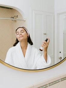 浴室喷香水的美女高清图