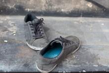 一双旧布鞋图片下载