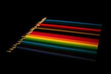 一排彩色铅笔高清图