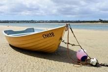 沙滩上的渔船图片素材