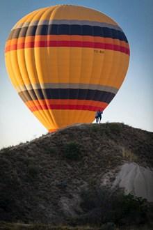 山上彩色热气球图片下载