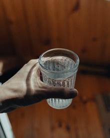 手里拿着一杯白开水高清图