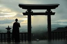 站在佛教圣地托里门的僧侣高清图