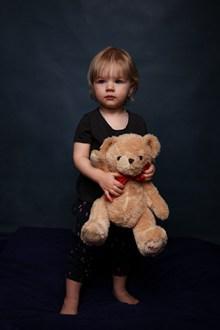 抱着毛绒熊的小孩图片下载