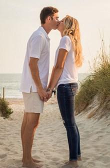 沙滩上情侣接吻图片大全