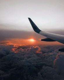 飞越云层的飞机机翼高清图