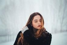 雪中美女图片下载
