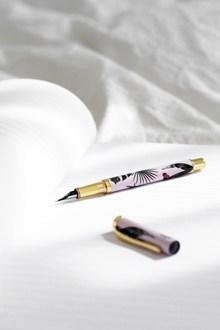 打开笔盖的钢笔高清图片