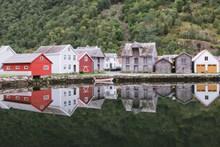 欧洲湖边木质房屋图片